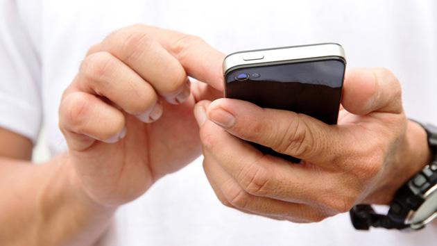 Wir Smartphone-Junkies: Schon nach dem Aufwachen am Handy