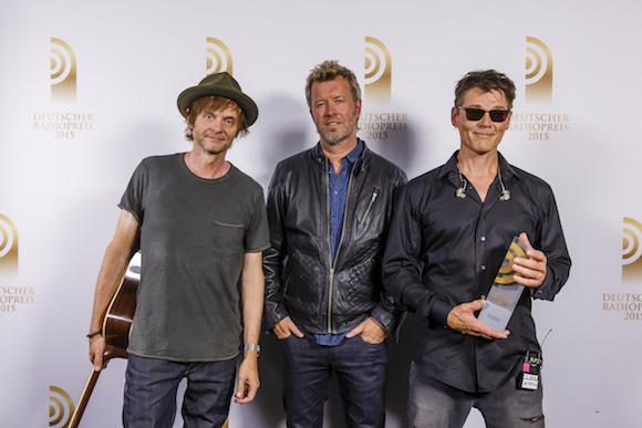 A-HA sind Gewinner des Radiopreises 2015 in der Kategorie 'Sonderpreis'. Hier mit Laudator Jörg Pilawa. Die Preisverleihung fand am 03. September 2015 in Hamburg statt. Photo: NDR/Matzen Verwendung honorarfrei im Zusammenhang mit der Berichterstattung zum Deutschen Radiopreis 2015.